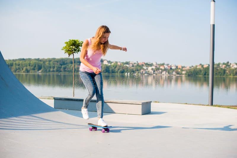 Όμορφο κορίτσι με skateboard στοκ φωτογραφίες
