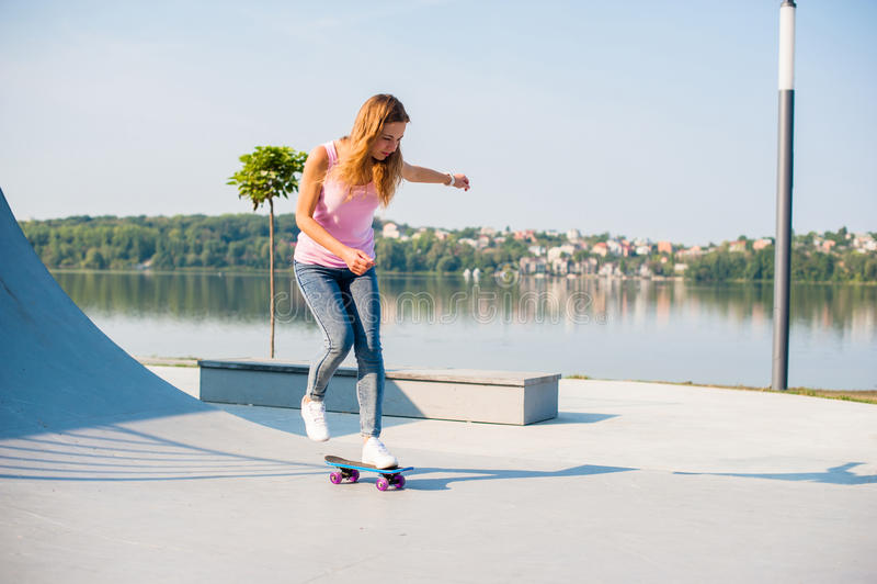 Όμορφο κορίτσι με skateboard στοκ εικόνα