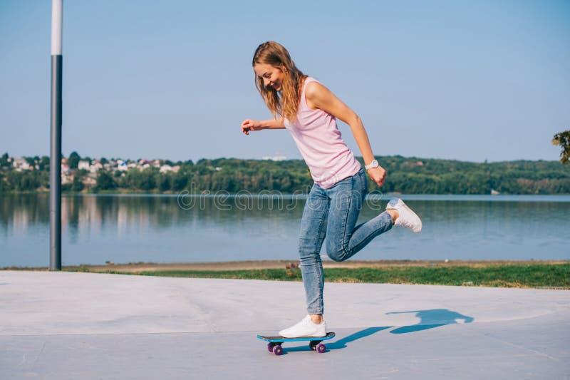 Όμορφο κορίτσι με skateboard στοκ εικόνες