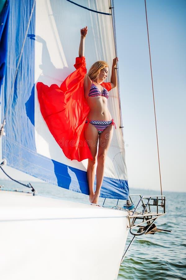 Όμορφο κορίτσι μπικινιών στην ανοικτή θάλασσα νερού στο γιοτ στοκ εικόνες με δικαίωμα ελεύθερης χρήσης