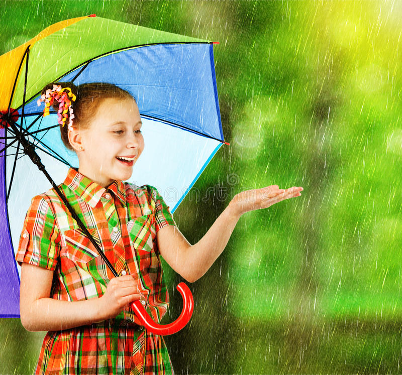 Όμορφο κορίτσι μόδας με μια ομπρέλα ουράνιων τόξων στοκ φωτογραφία με δικαίωμα ελεύθερης χρήσης