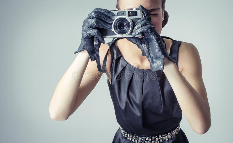 Όμορφο κορίτσι μόδας με το κλασικό εκλεκτής ποιότητας ύφος στοκ εικόνες
