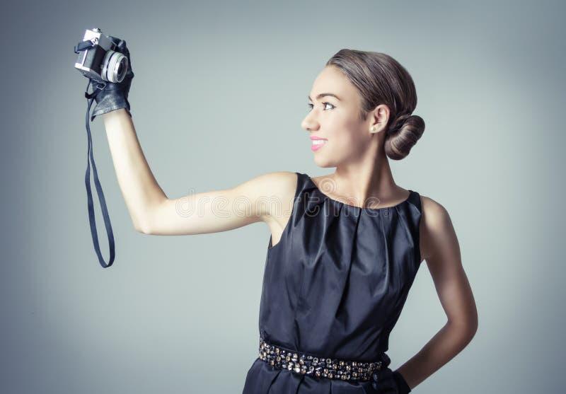 Όμορφο κορίτσι μόδας με το κλασικό εκλεκτής ποιότητας ύφος στοκ εικόνες με δικαίωμα ελεύθερης χρήσης