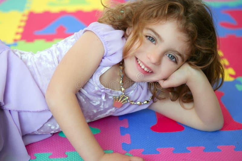 όμορφο κορίτσι πατωμάτων λί& στοκ φωτογραφία με δικαίωμα ελεύθερης χρήσης