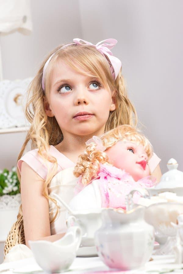 όμορφο κορίτσι που έχει λίγο τσάι συμβαλλόμενων μερών στοκ φωτογραφίες με δικαίωμα ελεύθερης χρήσης