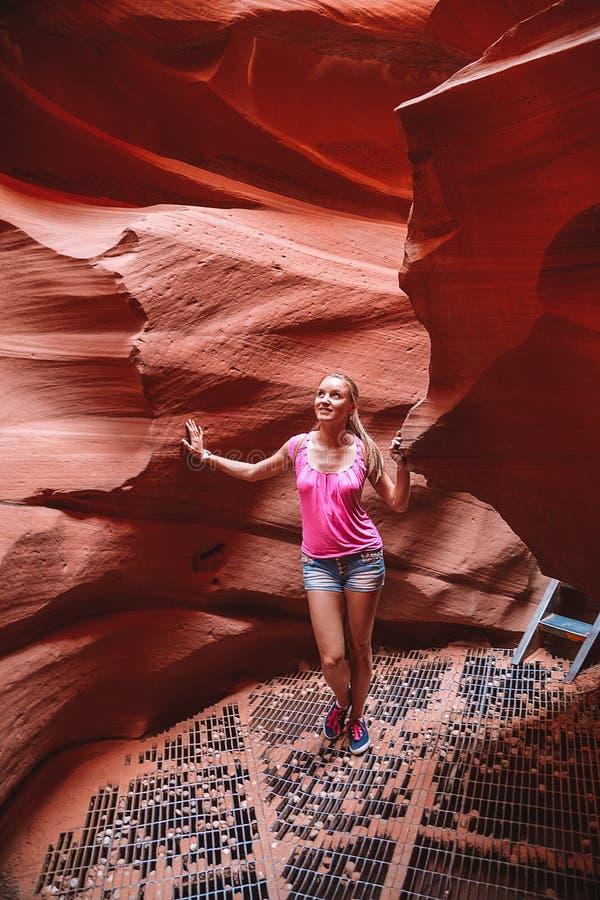 Όμορφο κορίτσι που εξερευνά το χαμηλότερο φαράγγι Antilope στην Αριζόνα στοκ εικόνες με δικαίωμα ελεύθερης χρήσης