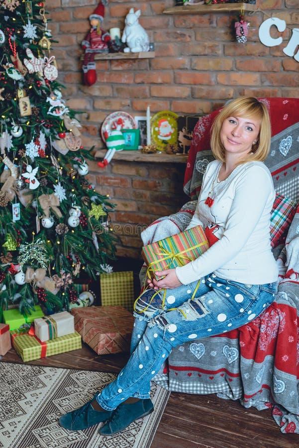 Όμορφο κορίτσι που κρατά ένα χριστουγεννιάτικο δώρο μπροστά από την στοκ εικόνες με δικαίωμα ελεύθερης χρήσης