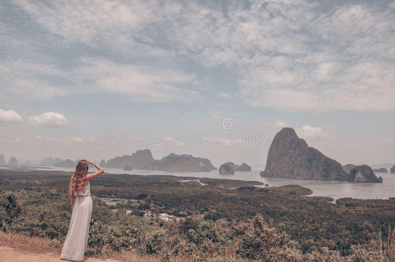 Όμορφο κορίτσι που μένει στην κορυφή του λόφου με το φανταστικό pview στοκ εικόνα
