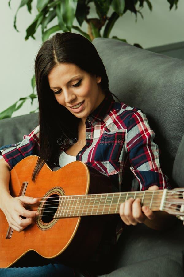 Όμορφο κορίτσι που παίζει το guita στοκ φωτογραφία