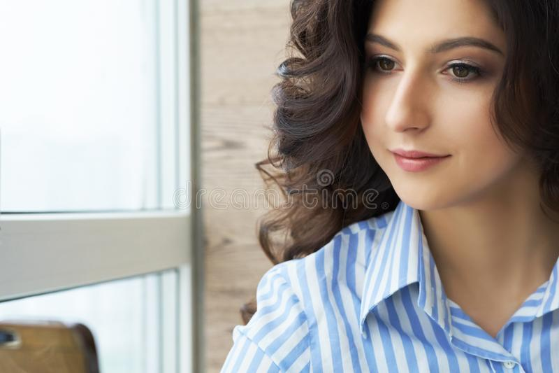 Όμορφο κορίτσι που παίρνει ένα selfie Χαριτωμένο κορίτσι brunette με τις πανέμορφες μπούκλες στο κεφάλι της που παίρνει ένα selfi στοκ εικόνα με δικαίωμα ελεύθερης χρήσης