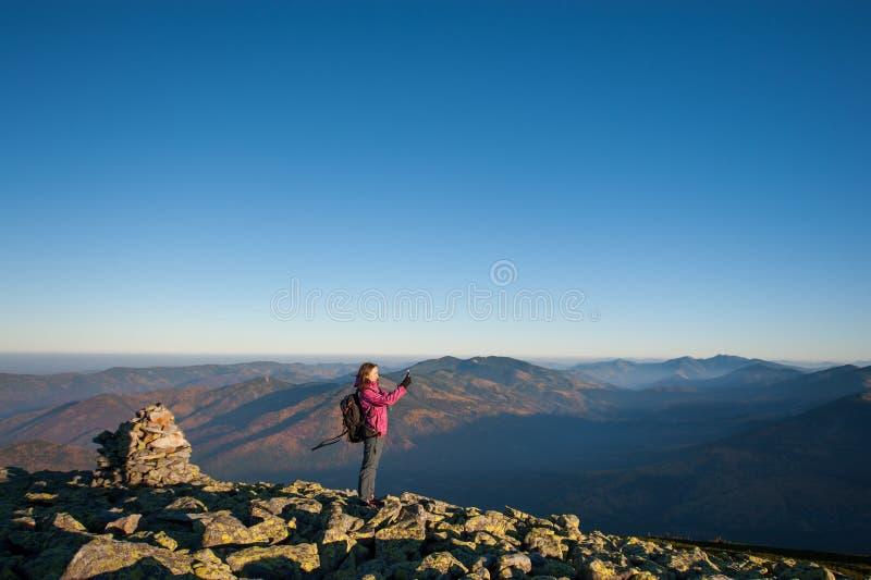 Όμορφο κορίτσι που παίρνει την εικόνα με το smartphone της στα βουνά στοκ εικόνες με δικαίωμα ελεύθερης χρήσης
