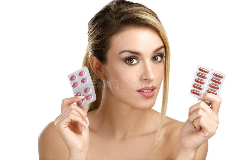 Όμορφο κορίτσι που παρουσιάζει πολλά φάρμακα differents στοκ φωτογραφία με δικαίωμα ελεύθερης χρήσης