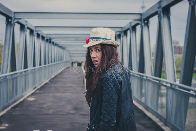 Όμορφο κορίτσι που περπατά μακριά σε μια γέφυρα στοκ εικόνες με δικαίωμα ελεύθερης χρήσης