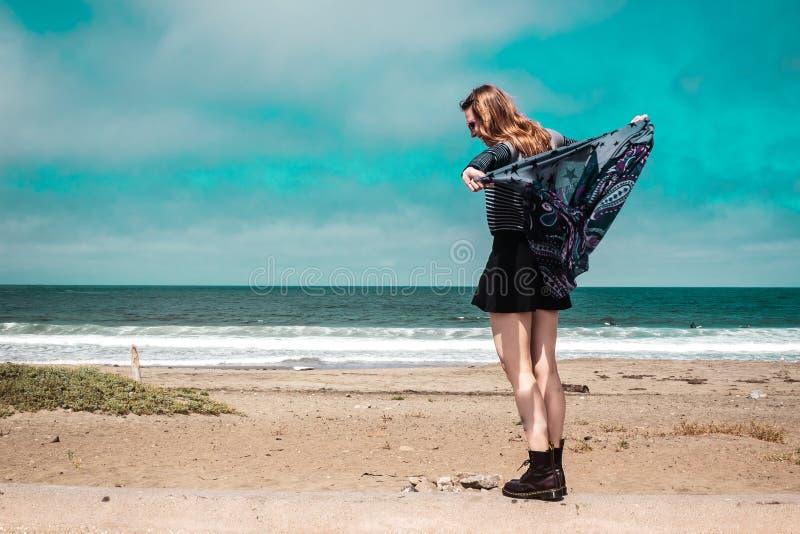 Όμορφο κορίτσι που περπατά μπροστά από την παραλία σε Καλιφόρνια στοκ φωτογραφία