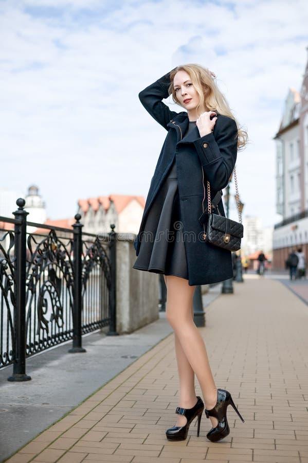 Όμορφο κορίτσι που περπατά στην οδό της πόλης στοκ φωτογραφία με δικαίωμα ελεύθερης χρήσης