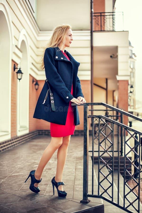 Όμορφο κορίτσι που περπατά στην οδό της πόλης στοκ εικόνες