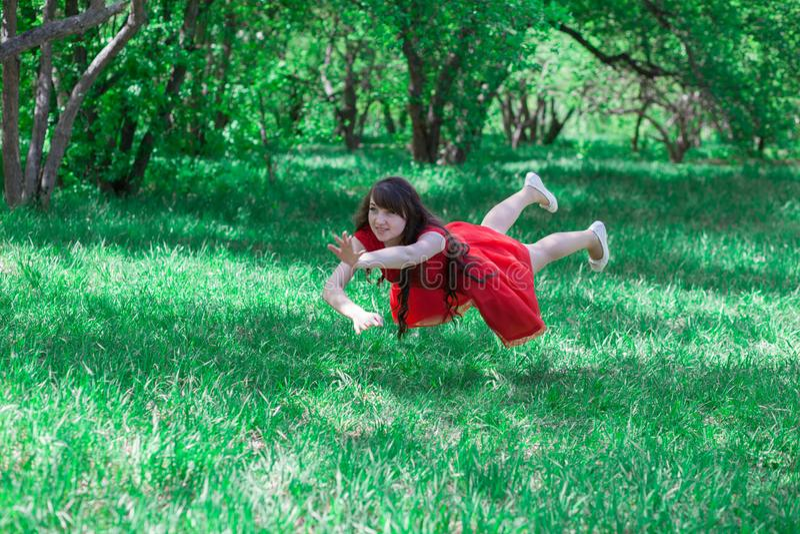 όμορφο κορίτσι που πετά μεταξύ στοκ φωτογραφία με δικαίωμα ελεύθερης χρήσης