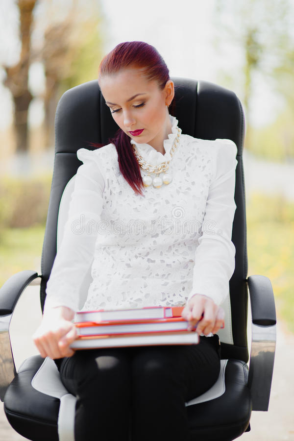 Όμορφο κορίτσι που στέκεται στην καρέκλα στοκ φωτογραφία με δικαίωμα ελεύθερης χρήσης