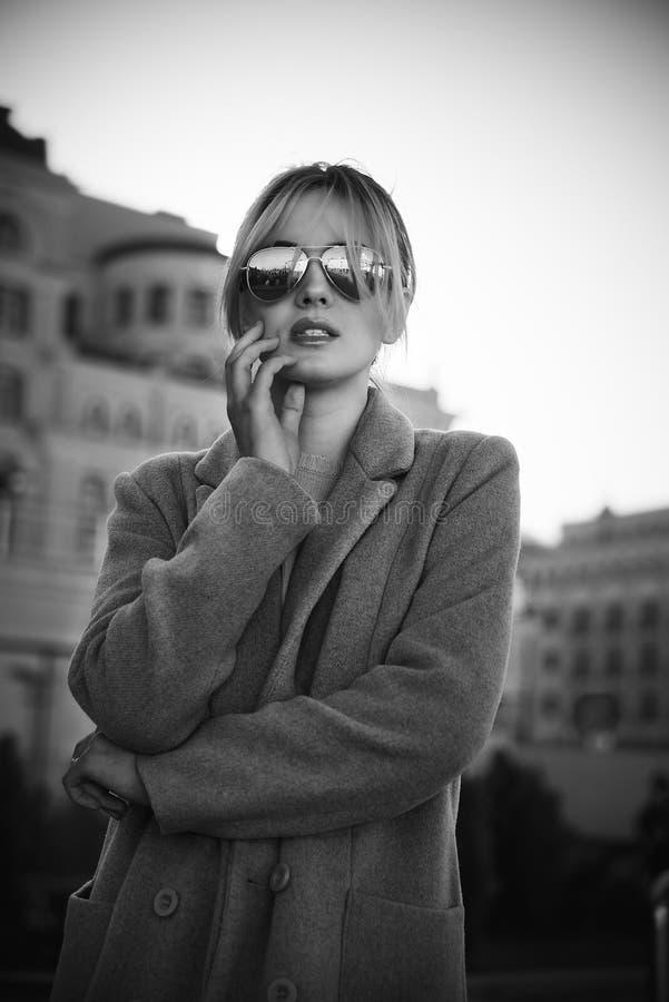 Όμορφο κορίτσι που στέκεται στην οδό στη φθορά των γυαλιών ηλίου στοκ φωτογραφίες με δικαίωμα ελεύθερης χρήσης