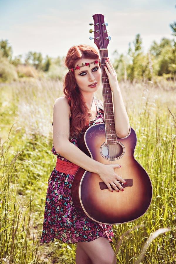 Όμορφο κορίτσι που ταξιδεύει με την κιθάρα της το καλοκαίρι στοκ εικόνα με δικαίωμα ελεύθερης χρήσης