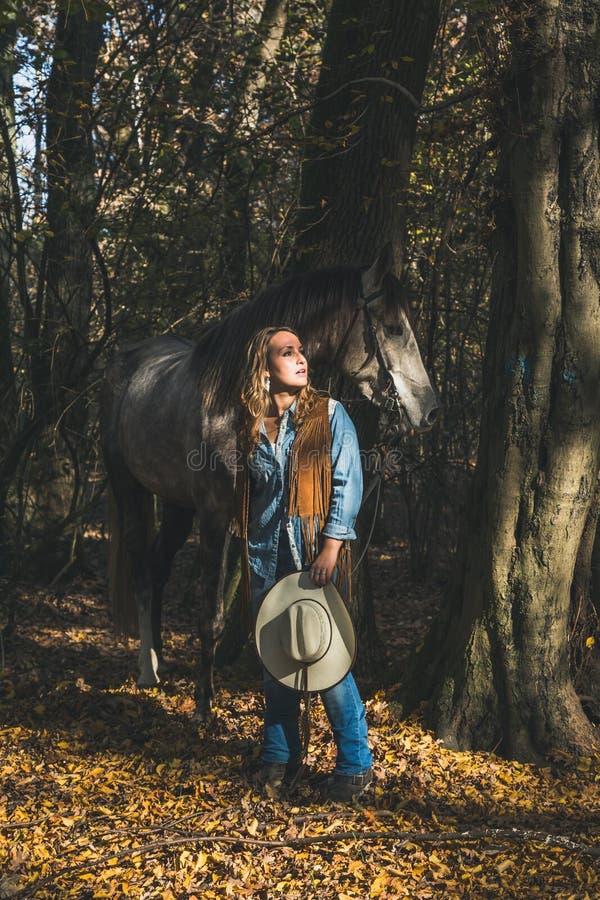 Όμορφο κορίτσι που υπερασπίζεται το γκρίζο άλογό της στοκ φωτογραφία με δικαίωμα ελεύθερης χρήσης