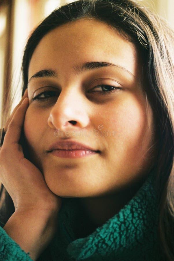 όμορφο κορίτσι που φαίνετ& Στοκ εικόνες με δικαίωμα ελεύθερης χρήσης