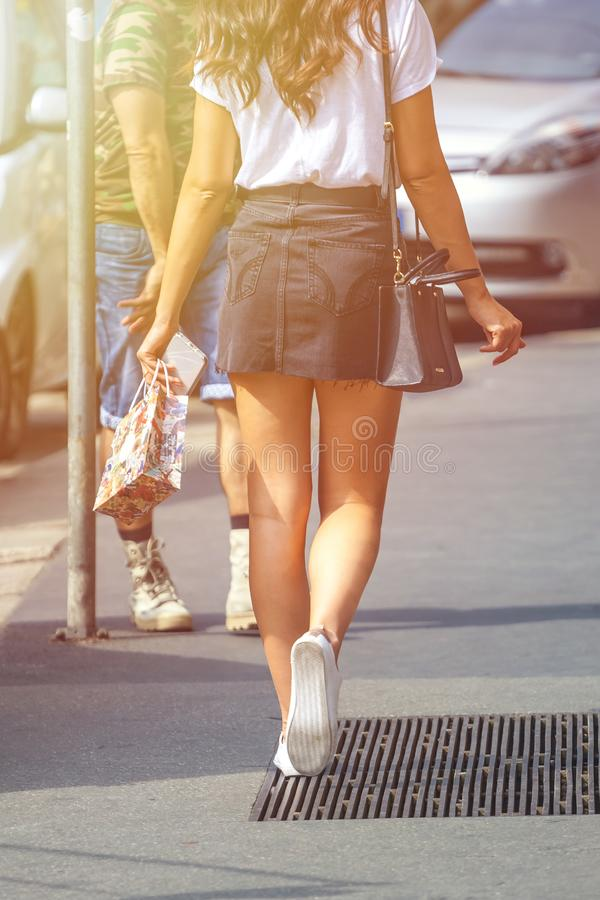 Όμορφο κορίτσι που φορά το μαύρο μίνι φόρεμα και που περπατά στο Μιλάνο cit στοκ εικόνες με δικαίωμα ελεύθερης χρήσης