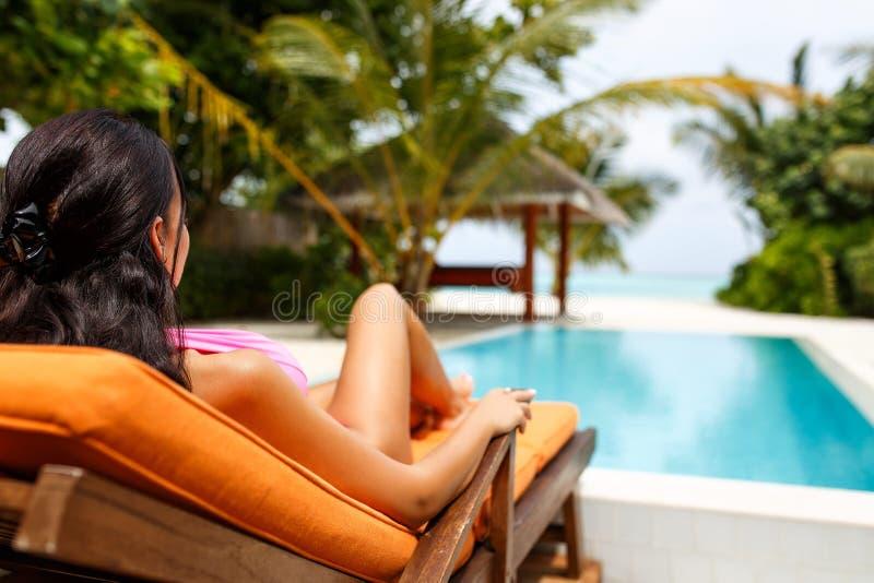 Όμορφο κορίτσι που φορά το μπικίνι στο νησί παραδείσου στοκ φωτογραφία με δικαίωμα ελεύθερης χρήσης