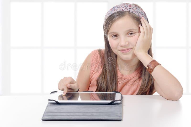 Όμορφο κορίτσι προ-εφήβων με έναν υπολογιστή ταμπλετών στοκ εικόνες με δικαίωμα ελεύθερης χρήσης