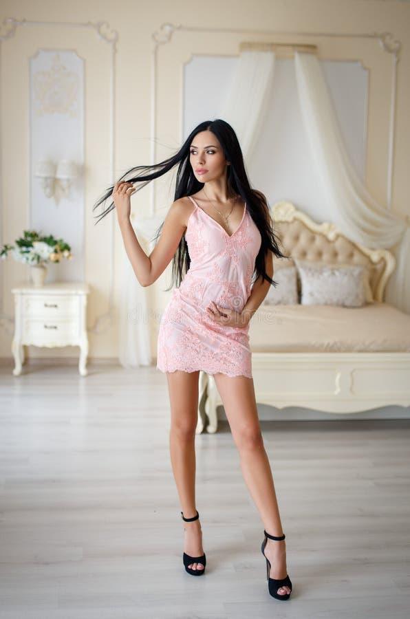 Όμορφο κορίτσι σε ένα προκλητικό ρόδινο φόρεμα νύχτας στοκ φωτογραφία με δικαίωμα ελεύθερης χρήσης