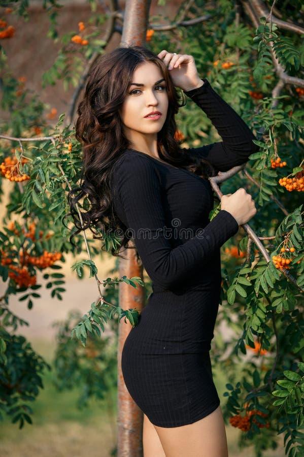 Όμορφο κορίτσι σε ένα προκλητικό κοντό φόρεμα υπαίθριο στοκ εικόνες