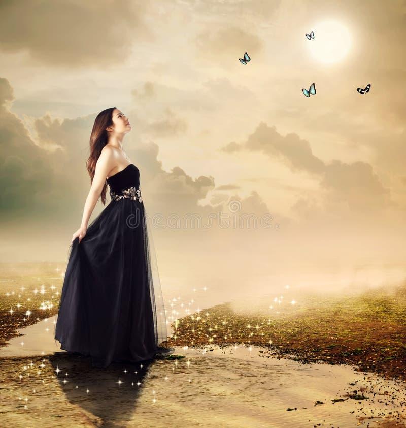 Όμορφο κορίτσι σε ένα ρυάκι κάτω από το φως φεγγαριών στοκ εικόνες
