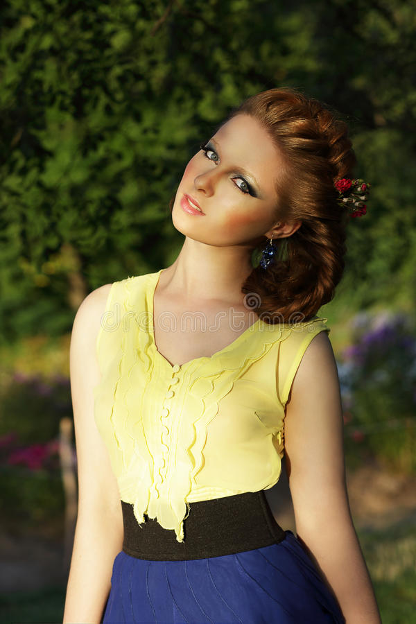 Όμορφο κορίτσι σε αμάνικο Sundress υπαίθρια στοκ εικόνες με δικαίωμα ελεύθερης χρήσης