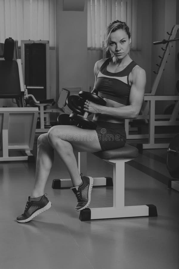 Όμορφο κορίτσι σε μια αθλητική γυμναστική στοκ φωτογραφίες με δικαίωμα ελεύθερης χρήσης