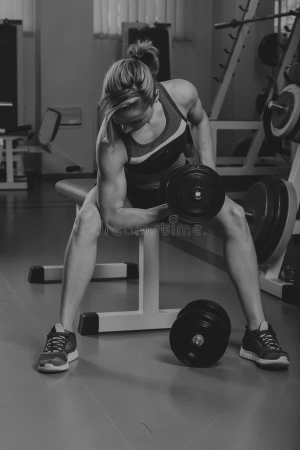Όμορφο κορίτσι σε μια αθλητική γυμναστική στοκ εικόνα