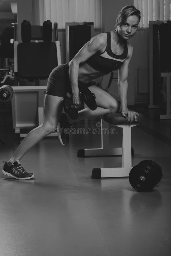Όμορφο κορίτσι σε μια αθλητική γυμναστική στοκ εικόνες