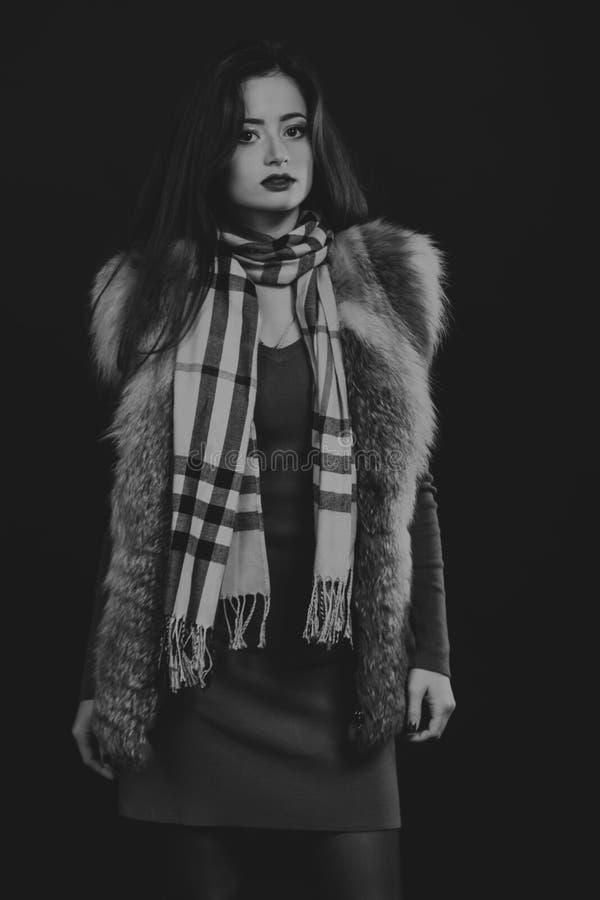 Όμορφο κορίτσι σε μια σκοτεινή ανασκόπηση στοκ φωτογραφίες