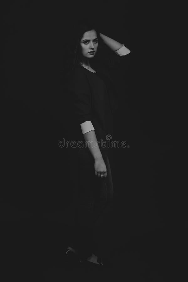 Όμορφο κορίτσι σε μια σκοτεινή ανασκόπηση στοκ φωτογραφία με δικαίωμα ελεύθερης χρήσης
