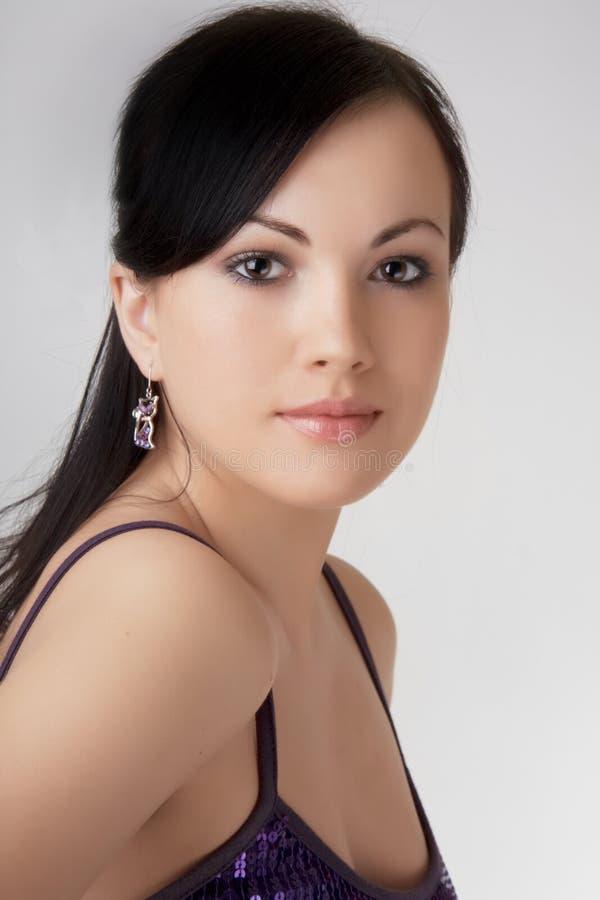 όμορφο κορίτσι σκουλαρικιών brunette στοκ εικόνες