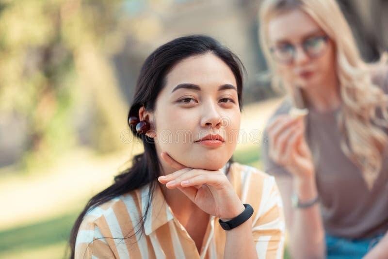 Όμορφο κορίτσι σπουδαστών που φορά τα κεράσια όπως τα σκουλαρίκια στοκ εικόνες