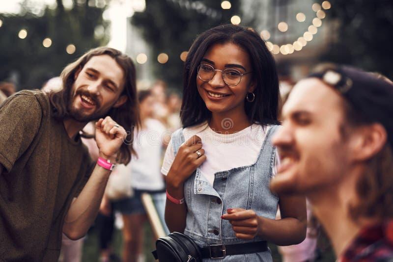 Όμορφο κορίτσι στα γυαλιά που ξοδεύει το χρόνο με τους φίλους στοκ φωτογραφίες