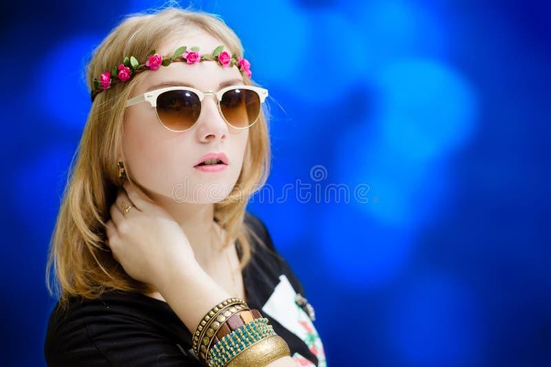 Όμορφο κορίτσι στα γυαλιά ηλίου και το στεφάνι λουλουδιών επάνω στοκ εικόνες με δικαίωμα ελεύθερης χρήσης