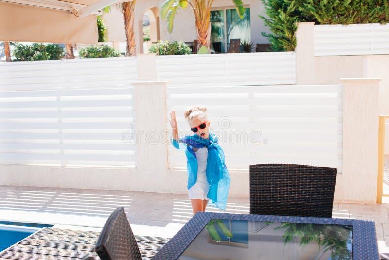 Όμορφο κορίτσι στα γυαλιά ηλίου υπαίθρια κάτω από τον ήλιο στοκ εικόνες