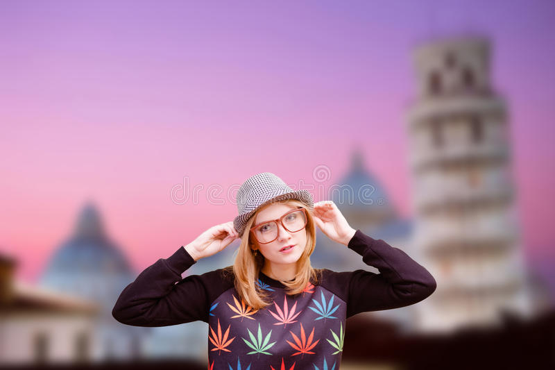 Όμορφο κορίτσι στα γυαλιά με το αστείο καπέλο στην Πίζα στοκ εικόνα με δικαίωμα ελεύθερης χρήσης