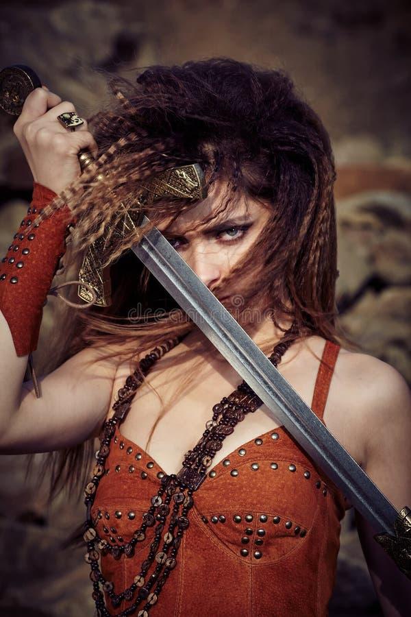 Όμορφο κορίτσι στα ενδύματα ενός Βίκινγκ ή του Αμαζονίου στοκ εικόνα