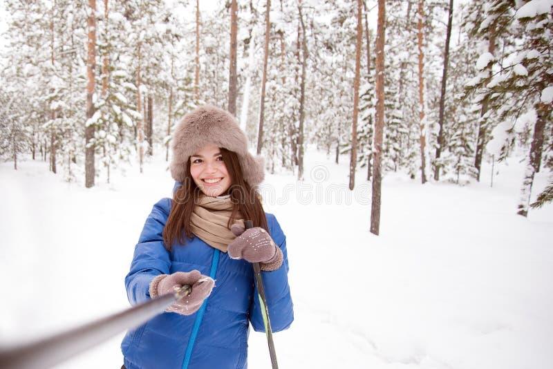 Όμορφο κορίτσι στα σκι στα ξύλα που κάνουν ένα selfie στοκ εικόνες με δικαίωμα ελεύθερης χρήσης