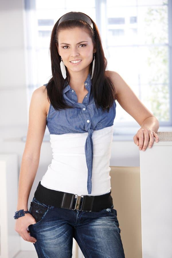 Όμορφο κορίτσι στα τζιν και το χαμόγελο μπλουζών στοκ εικόνα