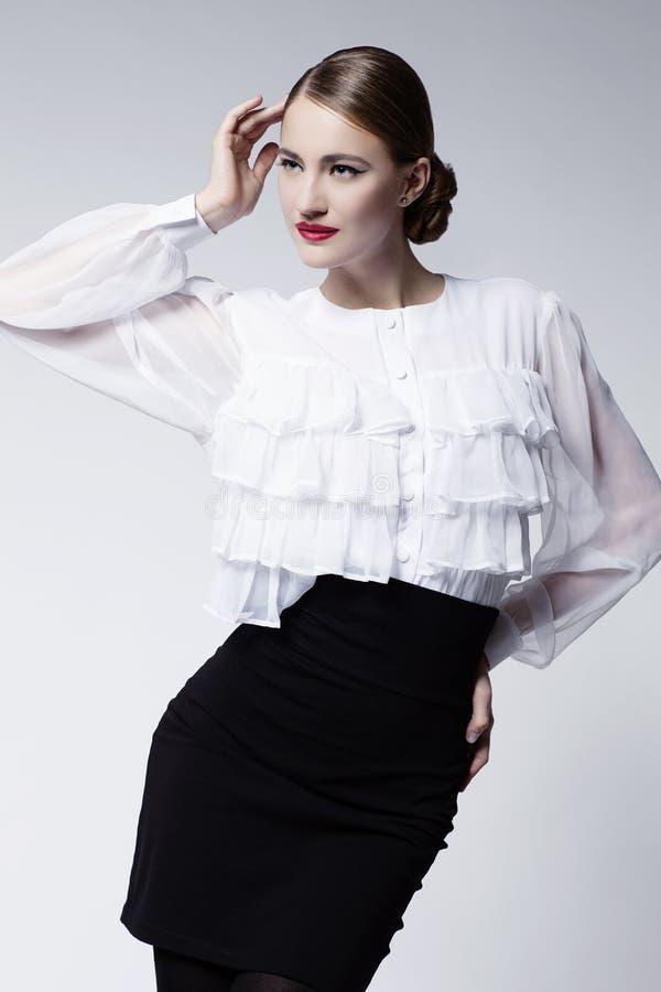 Όμορφο κορίτσι στην μπλούζα και τη φούστα στοκ εικόνες