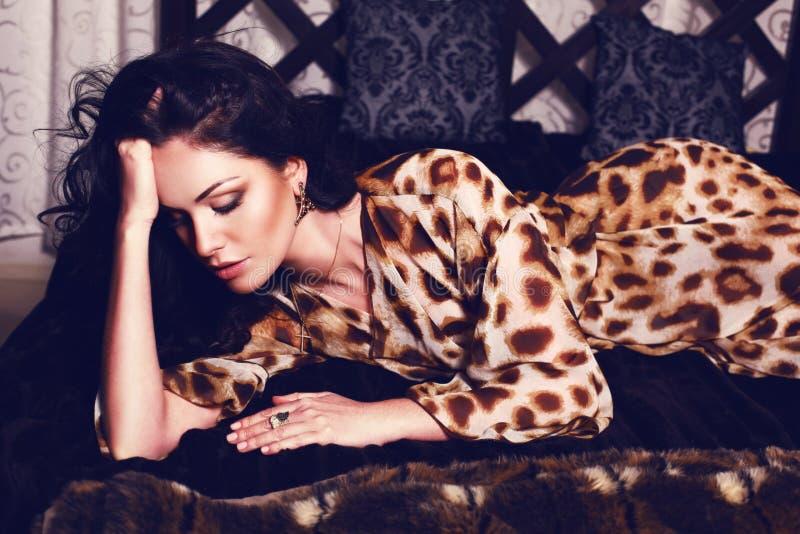 Όμορφο κορίτσι στην τήβεννο τυπωμένων υλών λεοπαρδάλεων στοκ φωτογραφίες