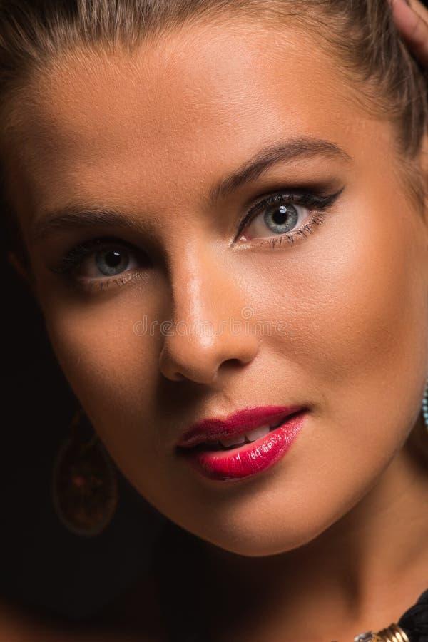 Όμορφο κορίτσι στη μοντέρνη εικόνα σε ένα σκοτεινό υπόβαθρο στοκ εικόνα με δικαίωμα ελεύθερης χρήσης